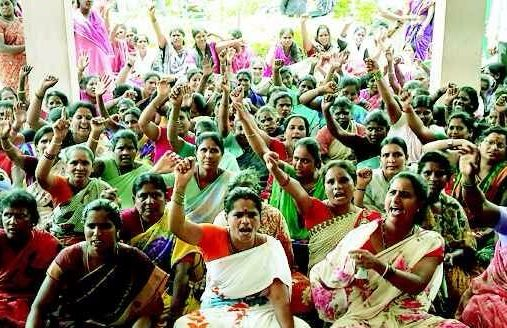 women protest in front of purasabha